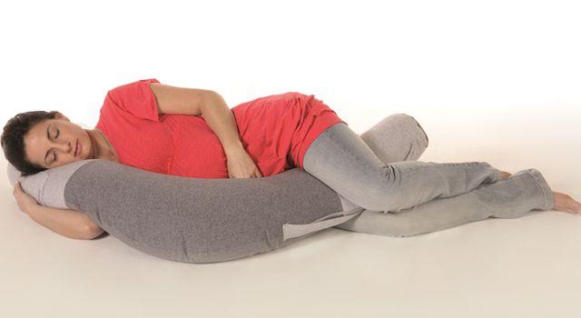futura mama descansa con almohadon